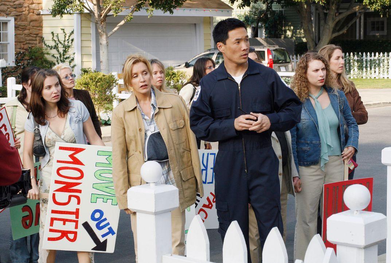 Lynette (Felicity Huffman, 2.v.l.) muss erkennen, dass ihre Vorwürfe gegen Art hohe Wellen schlagen und ist besorgt, als sie eine Demo gegen Art vor... - Bildquelle: 2005 Touchstone Television  All Rights Reserved