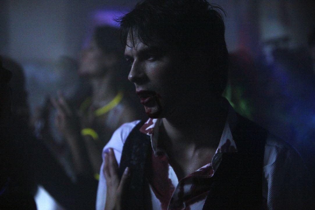 Auf der perfekten Party für alles Übernatürliche lehrt Damon (Ian Somerhalder)  Elena, was es heißt ein Vampir zu sein ... - Bildquelle: Warner Brothers