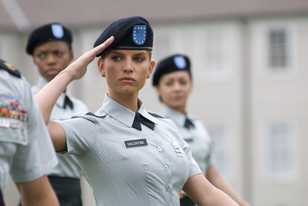 Aller Skepsis zum Trotz schafft Megan Valentine (Jessica Simpson, M.) ihre Grundausbildung in der U.S. Army ... - Bildquelle: 2007 MAJOR PRODUCTIONS, INC.