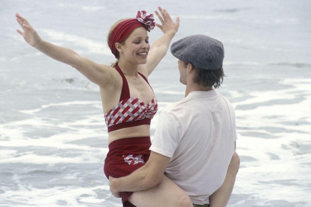 Vor dem Zweiten Weltkrieg lernen sich Noah (Ryan Gosling, r.) und Allie (Rachel McAdams, l.) kennen und lieben, verbringen gemeinsam einen unvergess... - Bildquelle: Warner Brothers International Television