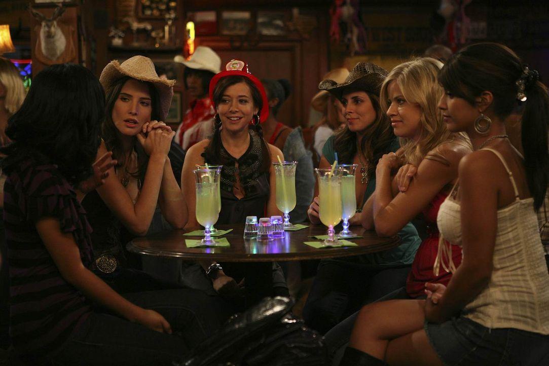 Während sich Lily (Alyson Hannigan, 3.v.l.) nicht ganz wohl fühlt,  findet Robin (Cobie Smulders, 2.v.l.) schnell Gefallen daran, das Leben als Part... - Bildquelle: 20th Century Fox International Television