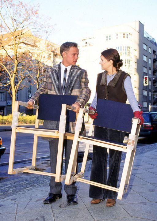 Maria (Stefanie Stappenbeck, r.) hat mit ihrem Transporter Bens (Matthias Koeberlin, l.) Ferrari eingeparkt. Widerwillig hilft er beim Einladen der... - Bildquelle: Sat.1/Degraa