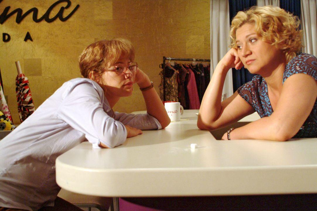 Agnes (Susanne Szell, r.) möchte wissen, wo Lisa (Alexandra Neldel, l.) in ihren 25. Geburtstag reinfeiern möchte - doch die hat ganz andere Sorgen.... - Bildquelle: Monika Schürle SAT.1 / Monika Schürle