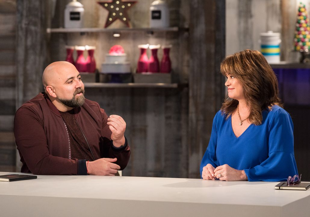 Gastgeber Duff Goldman (l.) und Valerie Bertinelli (r.) - Bildquelle: Zack Smith 2017, Television Food Network, G.P. All Rights Reserved./ Zack Smith