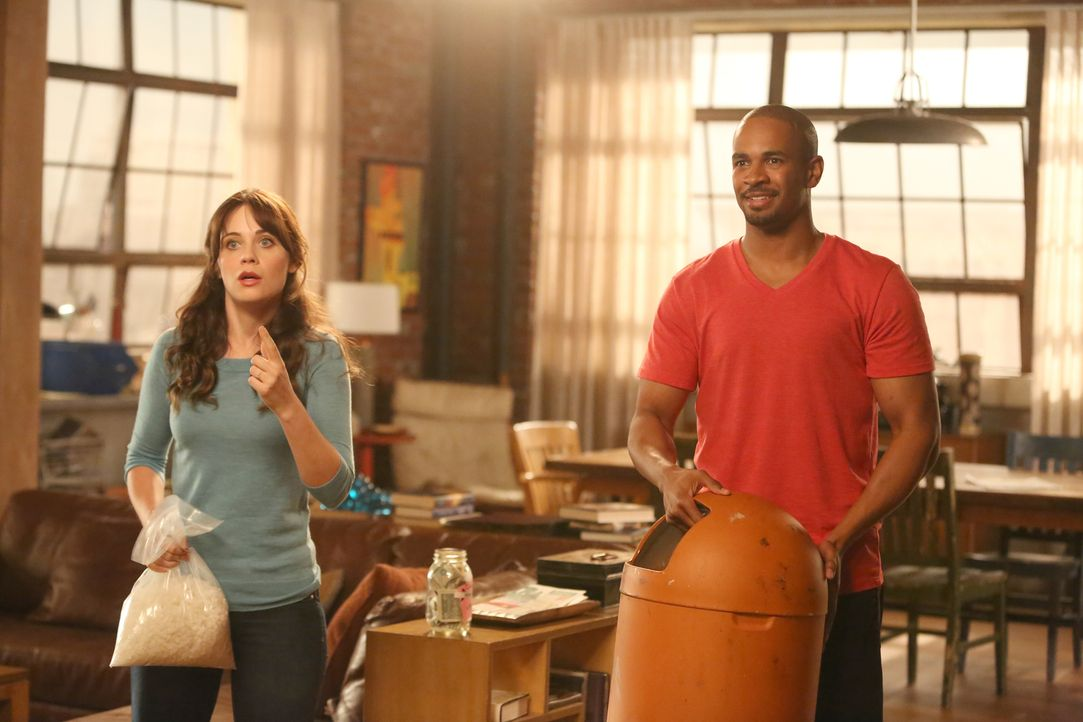 Während Coach (Damon Wayans Jr., r.) versucht, die Fassung zu wahren, kann Jess (Zoey Deschanel, l.) nicht mehr klar denken ... - Bildquelle: 2014 Twentieth Century Fox Film Corporation. All rights reserved.