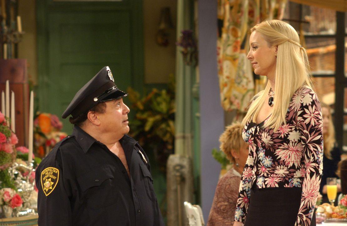 Phoebe (Lisa Kudrow, r.) bekommt eine Junggesellinnenparty geschenkt - inklusive Stripper Roy (Danny DeVito, l.), der sich jedoch als eine Enttäusch... - Bildquelle: 2003 Warner Brothers International Television