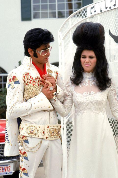 Jesse (John Stamos, l.) und Becky (Lori Loughlin, r.) sind sich nicht einig, wie genau sie eigentlich heiraten wollen ... - Bildquelle: Warner Brothers Inc.