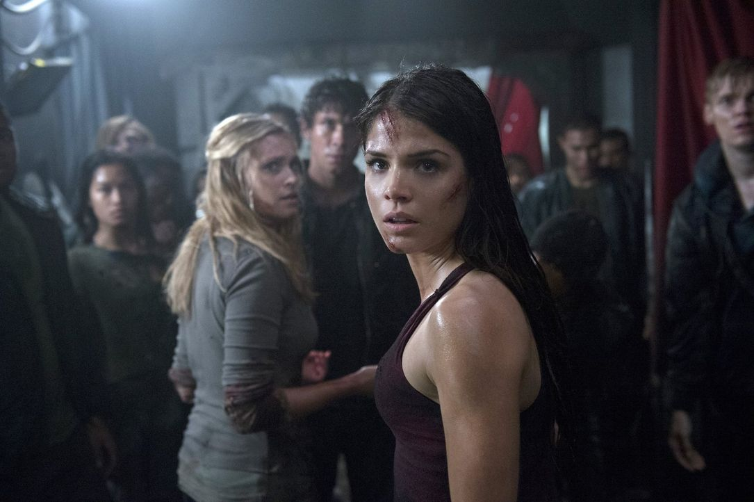 Octavia (Marie Avgeropoulos, r.) ist entsetzt, dass sogar Clarke (Eliza Taylor, l.) es zulässt, dass der Erdenbewohner gefoltert wird ... - Bildquelle: Warner Brothers