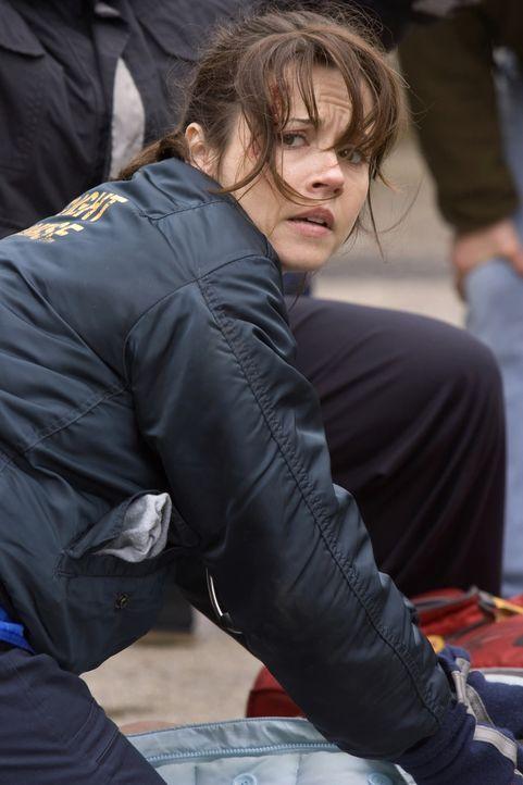 Bei ihrer Ausbildung zum Rettungssanitäter: Sam (Linda Cardellini) ... - Bildquelle: Warner Bros. Television