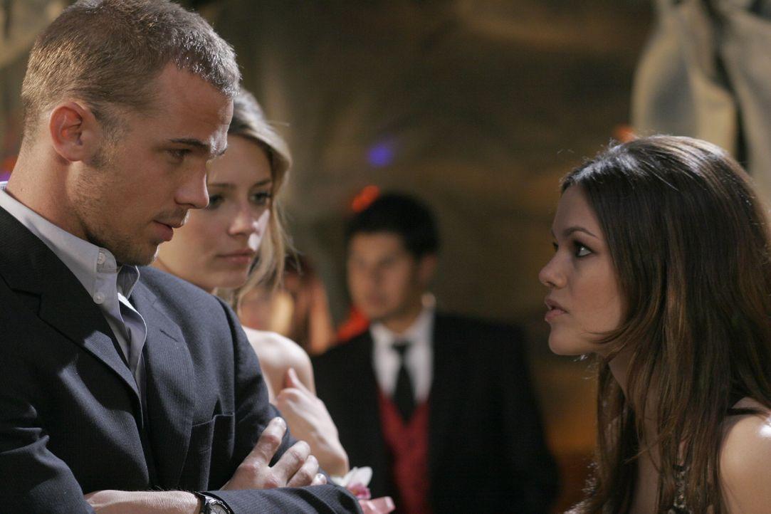 Summer (Rachel Bislon, r.) ist nicht erfreut, als sie Volchok (Cam Gigandet, l.) gemeinsam mit Marissa (Mischa Barton, M.) am Abschlussball trifft ... - Bildquelle: Warner Bros. Television