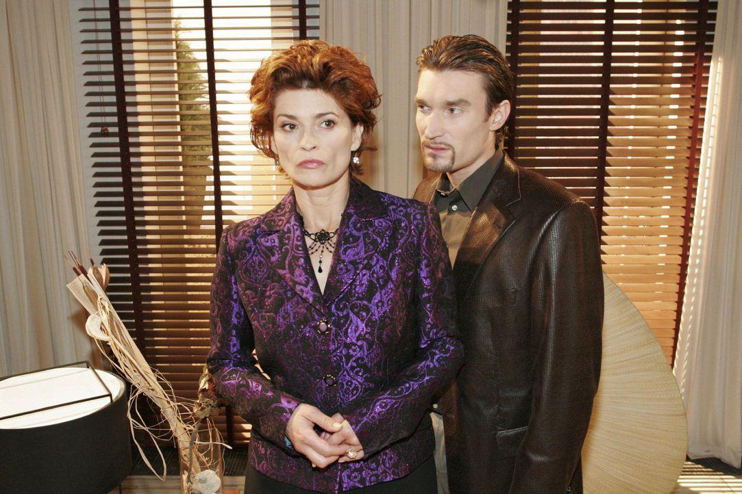 Sophie (Gabrielle Scharnitzky, l.) ist fassungslos, wie weit es mit Richard (Karim Köster, r.), als dieser von ihr Geld für seine Flucht verlangt. - Bildquelle: Noreen Flynn Sat.1
