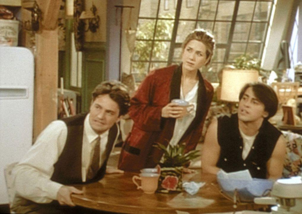 Chandler (Matthew Perry, l.), Rachel (Jennifer Aniston, M.) und Joey (Matt LeBlanc, r.) hören gespannt Monicas Erzählungen zu. - Bildquelle: TM+  2000 WARNER BROS.