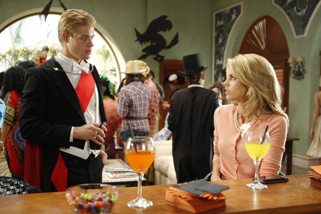 Teddy (Trevor Donovan, l.) hat von Naomi (AnnaLynne McCord, r.) erfahren, dass Silvers Mutter krank ist und man nicht mehr an sie herankommt - wird... - Bildquelle: TM &   CBS Studios Inc. All Rights Reserved