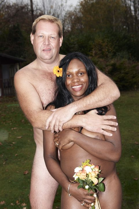Ivy (r.) und ihr Mann (l.) heiraten so, wie Gott sie schuf: nackt! - Bildquelle: ITV Studios Limited 2010