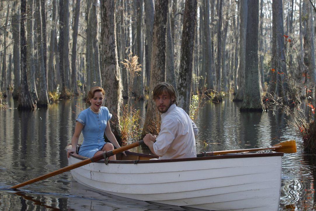 Der Zweite Weltkrieg trennt die Verliebten Allie (Rachel McAdams, l.) und Noah (Ryan Gosling, r.), ohne dass sie je vergessen, was sie einander bede... - Bildquelle: Warner Brothers International Television