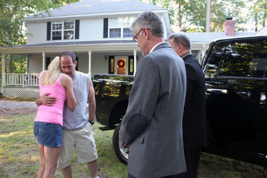 Kommen die schrecklichen Nachrichten, die Leslie Ballard (l.) und ihr älterer Freund Mike MacKool (2.v.l.) von der Polizei bekommen, wirklich so une... - Bildquelle: M2 Pictures