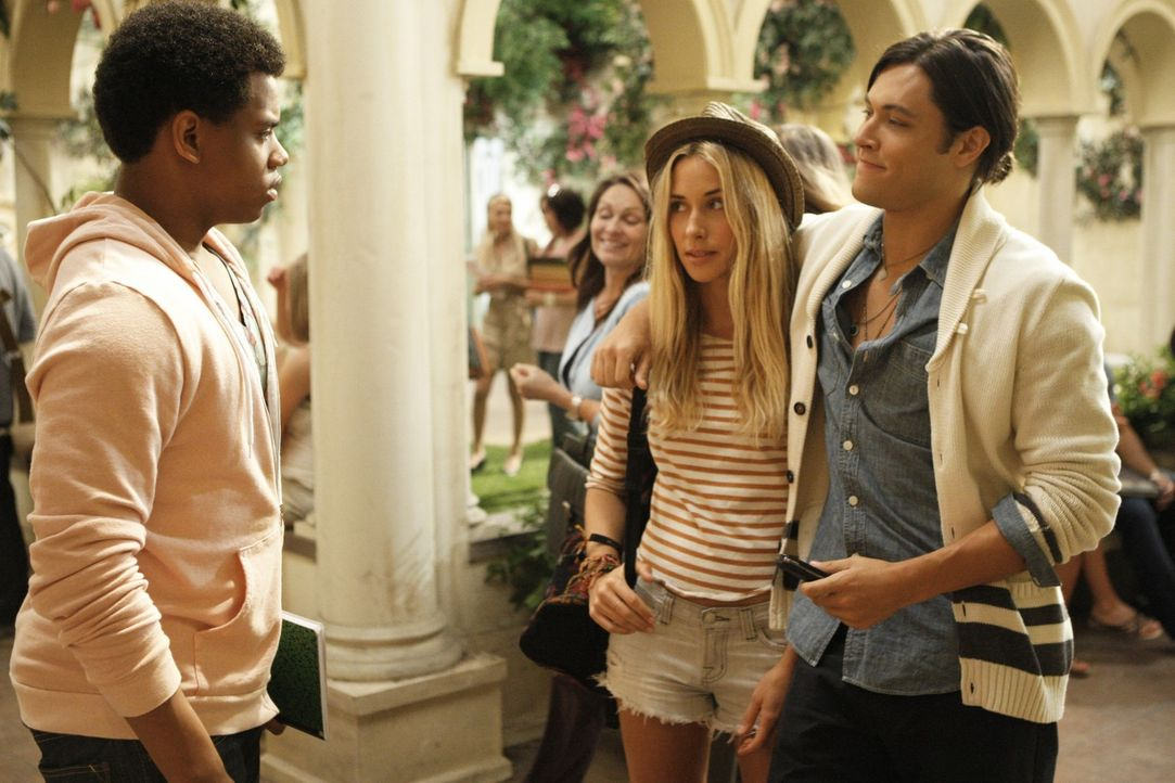 Ivy (Gillian Zinser, M.) stellt Dixon (Tristan Wilds, l.) ihren Jugendfreund Oscar (Blair Redford, r.) vor ... - Bildquelle: TM &   CBS Studios Inc. All Rights Reserved