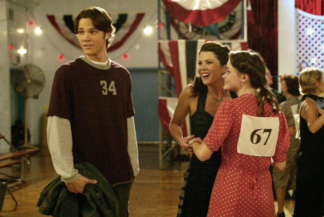 Eigentlich wollte Dean (Jared Padalecki, l.) Lorelai (Lauren Graham, M.) und Rory (Alexis Bledel, r.) anfeuern, damit sie Kirk beim Tanzmarathon vom... - Bildquelle: 2002 Warner Bros.