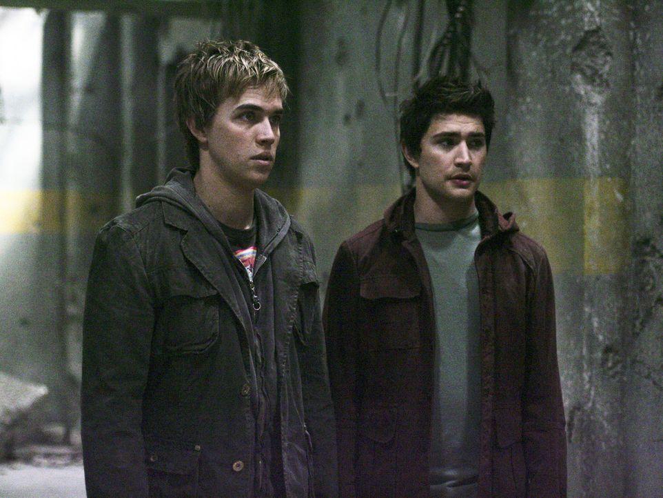 Ein riskantes Abenteuer: Declan (Chris Olivero, l.) und Kyle (Matt Dallas, r.) gehen in die Ruine und wissen nicht, welche Gefahr ihnen dort droht ... - Bildquelle: TOUCHSTONE TELEVISION