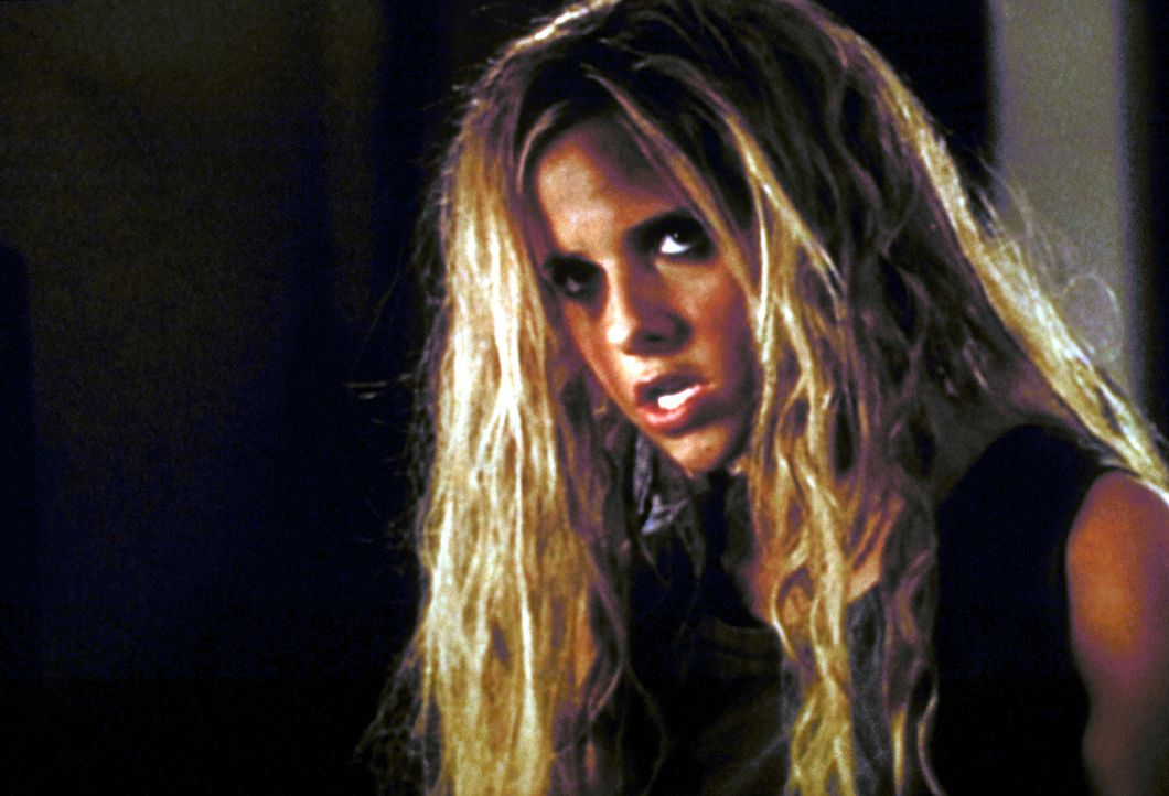 Nach zuviel Bierkonsum verwandelt sich Buffy (Sarah Michelle Gellar) in einen Neandertaler ... - Bildquelle: TM +   2000 Twentieth Century Fox Film Corporation. All Rights Reserved.