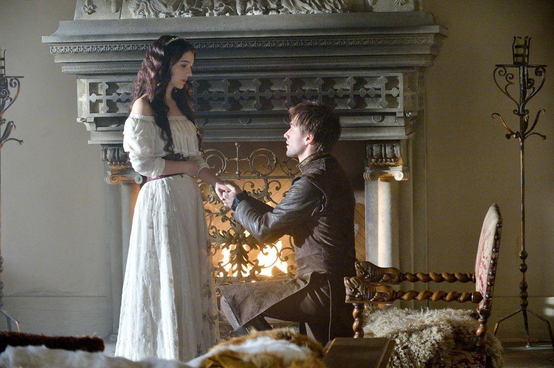 Erneut erfährt Bash (Torrance Coombs, r.), wie edel die Absichten von Mary (Adelaide Kane, l.) sind und wie sehr er sich auf sie verlassen kann ... - Bildquelle: Ben Mark Holzberg 2013 The CW Network, LLC. All rights reserved.
