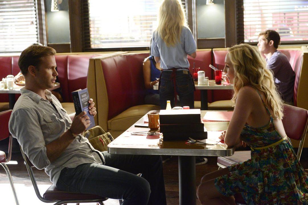 Caroline (Candice Accola, r.) hofft auf die Hilfe von Alaric (Matt Davis, l.), um endlich einen Zauberspruch zu finden, der die Grenze um Mystic Fal... - Bildquelle: Warner Bros. Entertainment, Inc