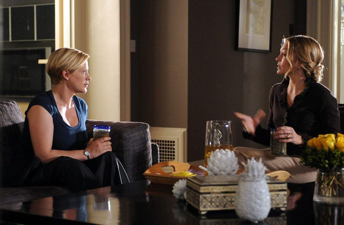 Dana Carlow (Abby Brammell, r.) verhält sich in Allisons (Patricia Arquette, l.) Augen äußerst merkwürdig. Hat sie etwas doch etwas mit dem Verschwi... - Bildquelle: Paramount Network Television