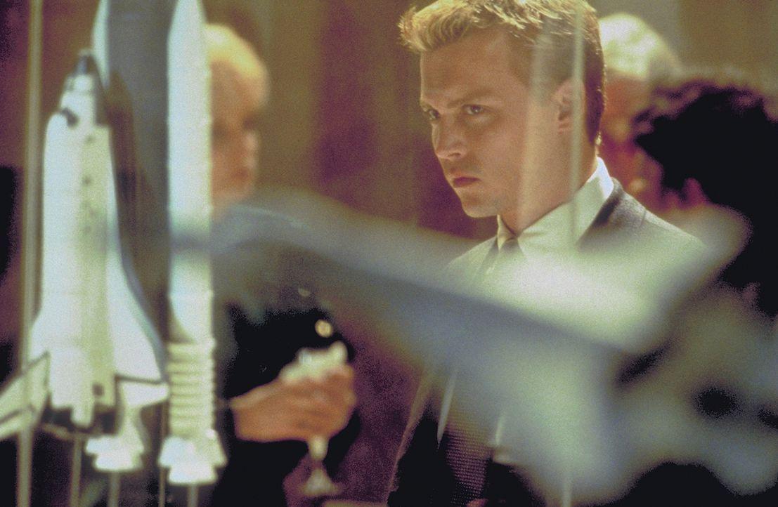 Statt weiterhin durchs All zu düsen, will Spencer (Johnny Depp) fortan eine New Yorker Militärflugzeugfirma beraten. Er geht schon bald völlig in se... - Bildquelle: 1999 New Line Productions, Inc. All Rights Reserved.
