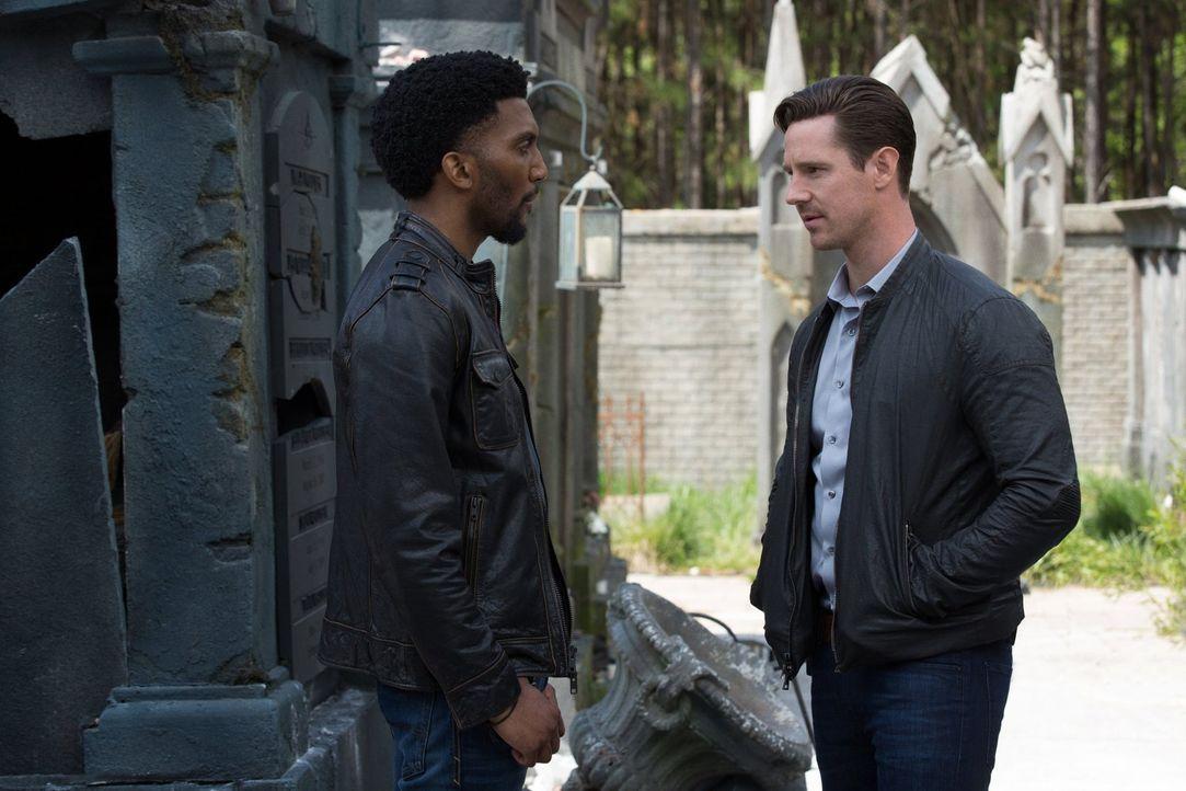 Während Vincent (Yusuf Gatewood, l.) und die Hexen sich Sorgen um die Sicherheit der Bewohner von New Orleans machen und Kenney (Jason Dohring, r.)... - Bildquelle: Warner Bros. Entertainment, Inc.