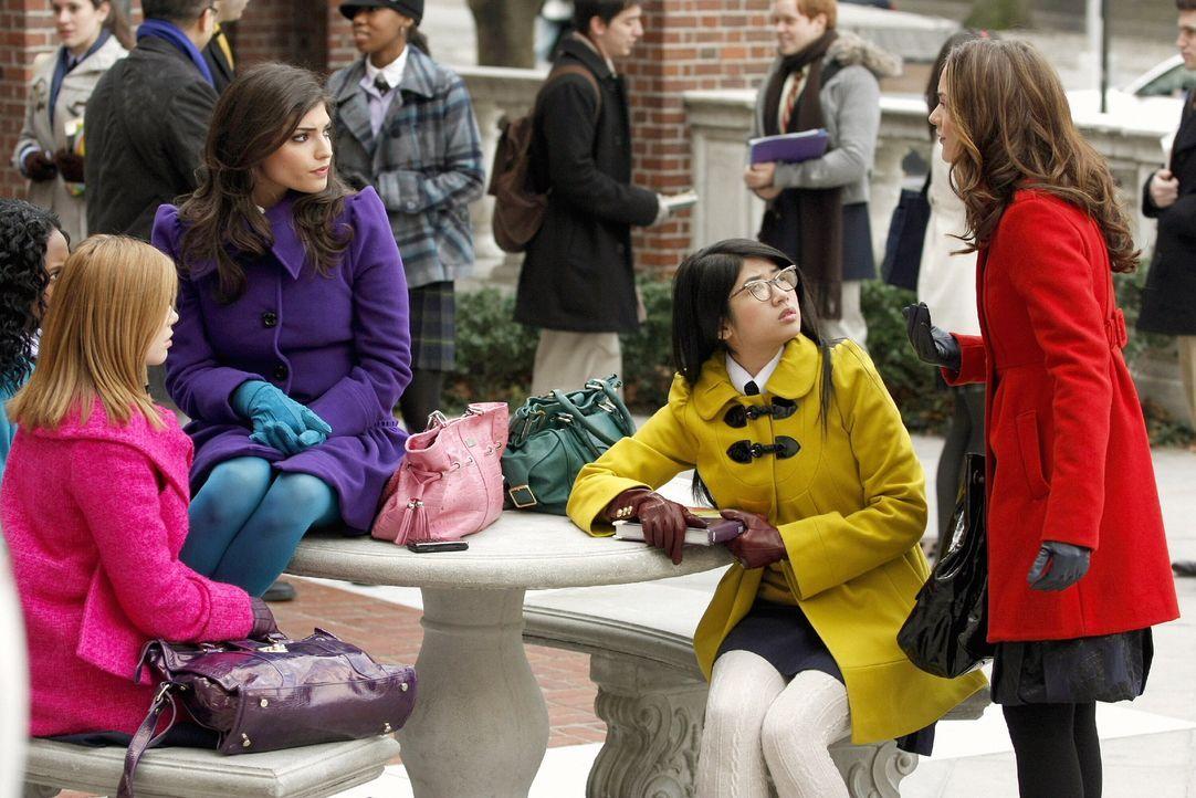 Das Gerücht von Blair (Leighton Meester, r.) verbreitet sich wie ein Lauffeuer: Hazel (Dreama Walker, l.), Penelope (Amanda Setton, 2.v.l.) und Kati... - Bildquelle: Warner Brothers