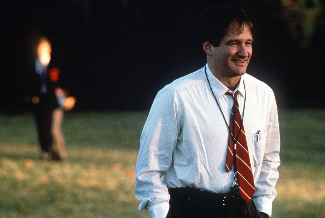 Ob beim Fußball oder im Englischunterricht: John Keating (Robin Williams) möchte seinen Schülern beibringen, dass Lernen Spaß machen kann ... - Bildquelle: Touchstone Pictures