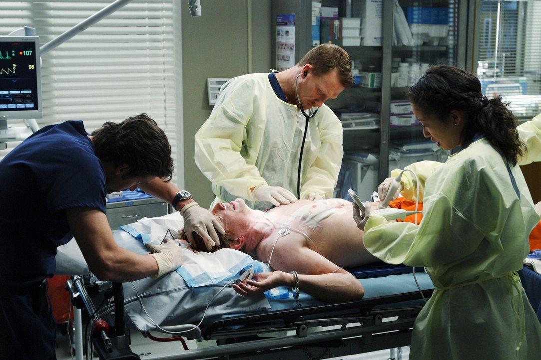 Derek (Patrick Dempsey, l.) soll einen Patienten (Eric Stoltz, liegend) behandeln, der zum Tode verurteilt wurde, weil er fünf Frauen umgebracht ha... - Bildquelle: Touchstone Television