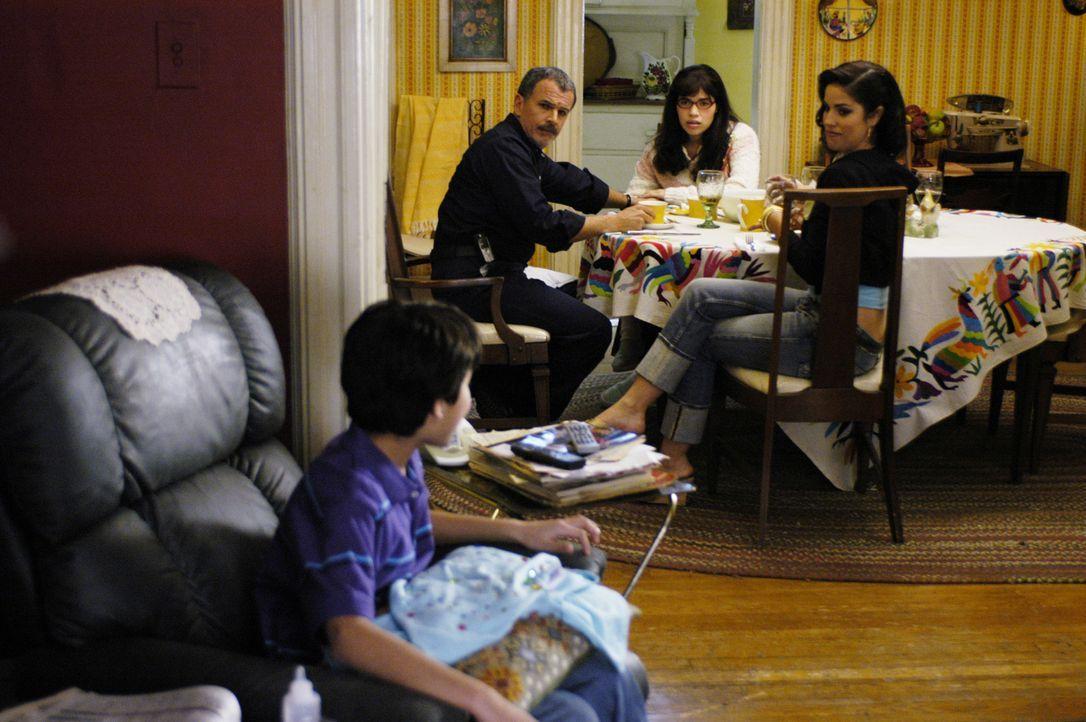 Wohnen zusammen: Betty (America Ferrera, 2.v.r.), ihr Vater Ignacio (Tony Plana, 2.v.l.), ihre Schwester Hilda (Ana Ortiz, r.) und ihr Neffe Justin... - Bildquelle: Buena Vista International Television