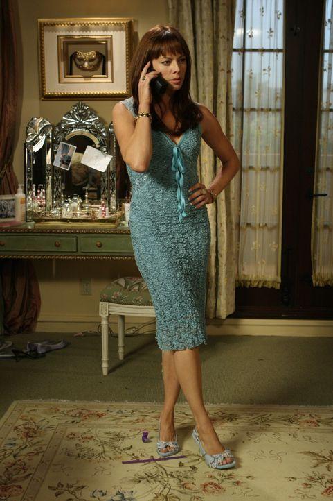 Hat einen Plan, um Marissa von der Suspendierung zu bewahren: Julie (Melinda Clarke) ... - Bildquelle: Warner Bros. Television