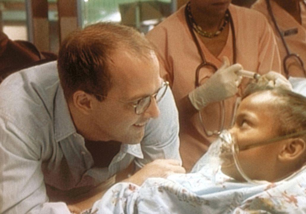 Dr. Green (Anthony Edwards, l.) spricht der schwer kranken Kanesha Mut zu. - Bildquelle: TM+  WARNER BROS.
