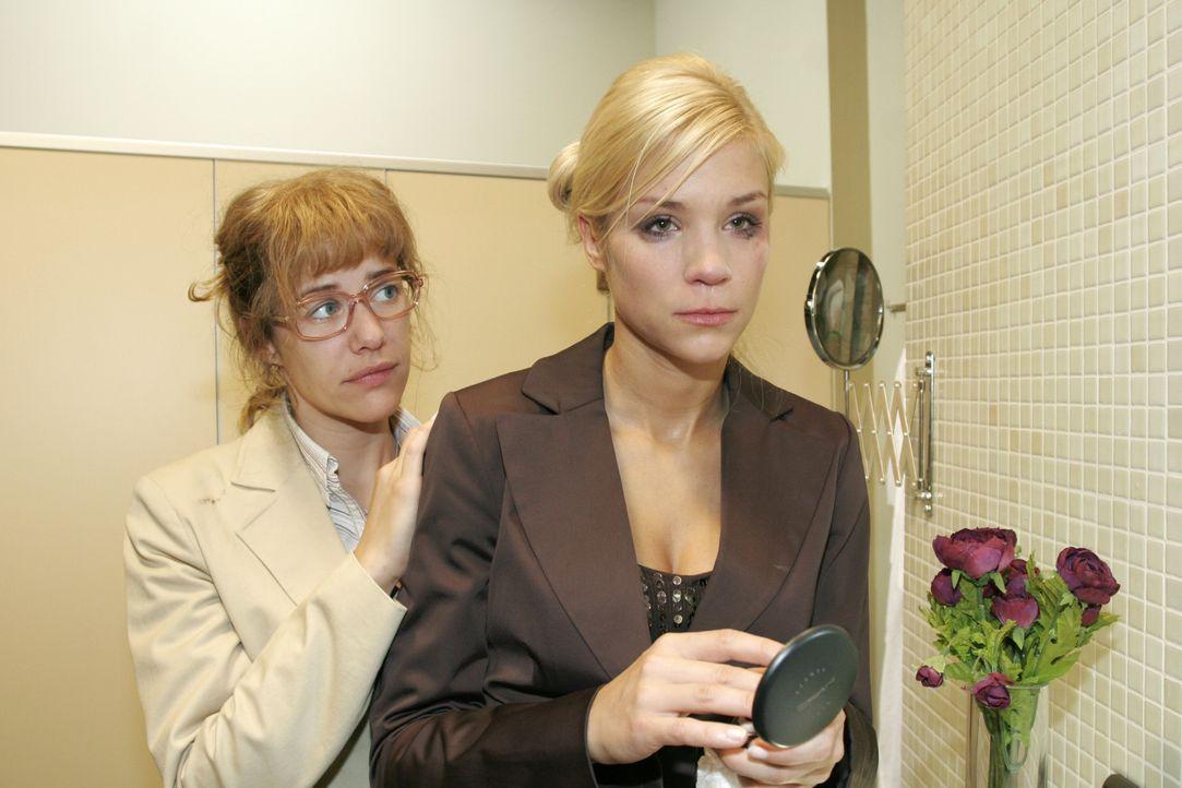 Lisa (Alexandra Neldel, l.) spürt die tiefe Verzweiflung, die Sabrina (Nina-Friederike Gnädig, r.) mit ihrer Aggressivität zu übertünchen versucht .... - Bildquelle: Noreen Flynn SAT.1 / Noreen Flynn
