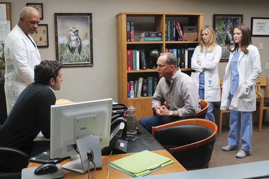 Dr. Webber (James Pickens, Jr., l.) und Derek (Patrick Dempsey, 2.v.l.) müssen Mr. Clark (Michael O'Neil, M.) eine schlechte Nachricht mitteilen. Da... - Bildquelle: Touchstone Television