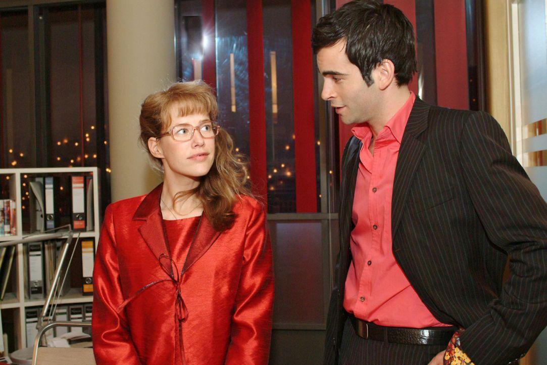 In der Hoffnung, mit David (Mathis Künzler, r.) einen unbeschwerten Abend zu verbringen, bekommt Lisa (Alexandra Neldel, l.) kurzfristig von ihm di... - Bildquelle: Sat.1