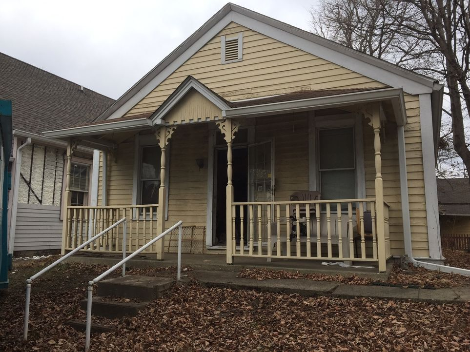Das Haus mit seiner kleinen Veranda bietet viel Potenzial. Was Karen und Mina wohl daraus zaubern können? - Bildquelle: 2017,HGTV/Scripps Networks, LLC. All Rights Reserved