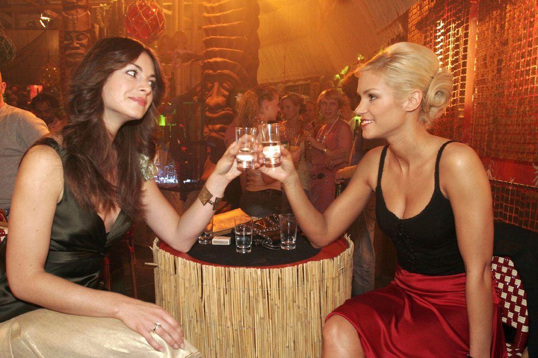 Mariella (Bianca Hein, l.) und Sabrina (Nina-Friederike Gnädig, r.) wollen sich nichts mehr vormachen. Mariella weiß, dass Sabrina nicht schwanger... - Bildquelle: Noreen Flynn Sat.1