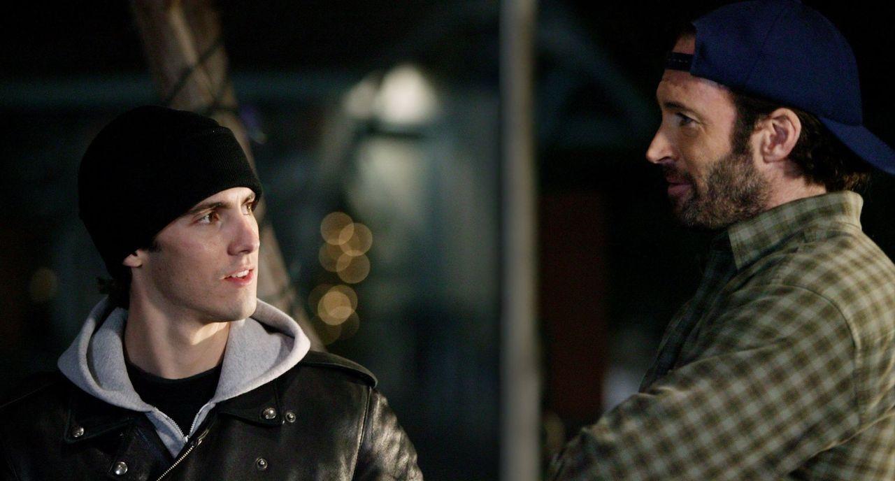 Jess (Milo Ventimiglia, l.) steht plötzlich wieder bei Luke (Scott Patterson, r.) auf der Matte - Bildquelle: 2003 Warner Bros.