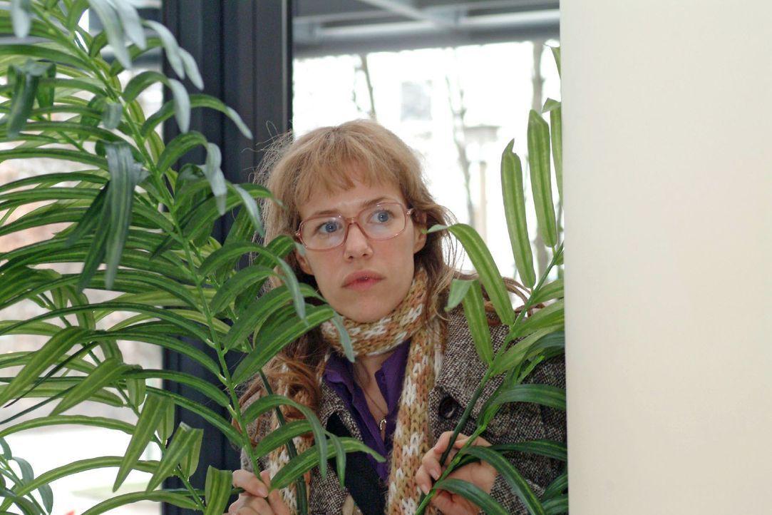 Nach Mariellas Erscheinen im Hotel geht Lisa (Alexandra Neldel) hinter einer Palme in Deckung - und beobachtet angespannt, was an der Rezeption vor... - Bildquelle: Monika Schürle SAT.1 / Monika Schürle
