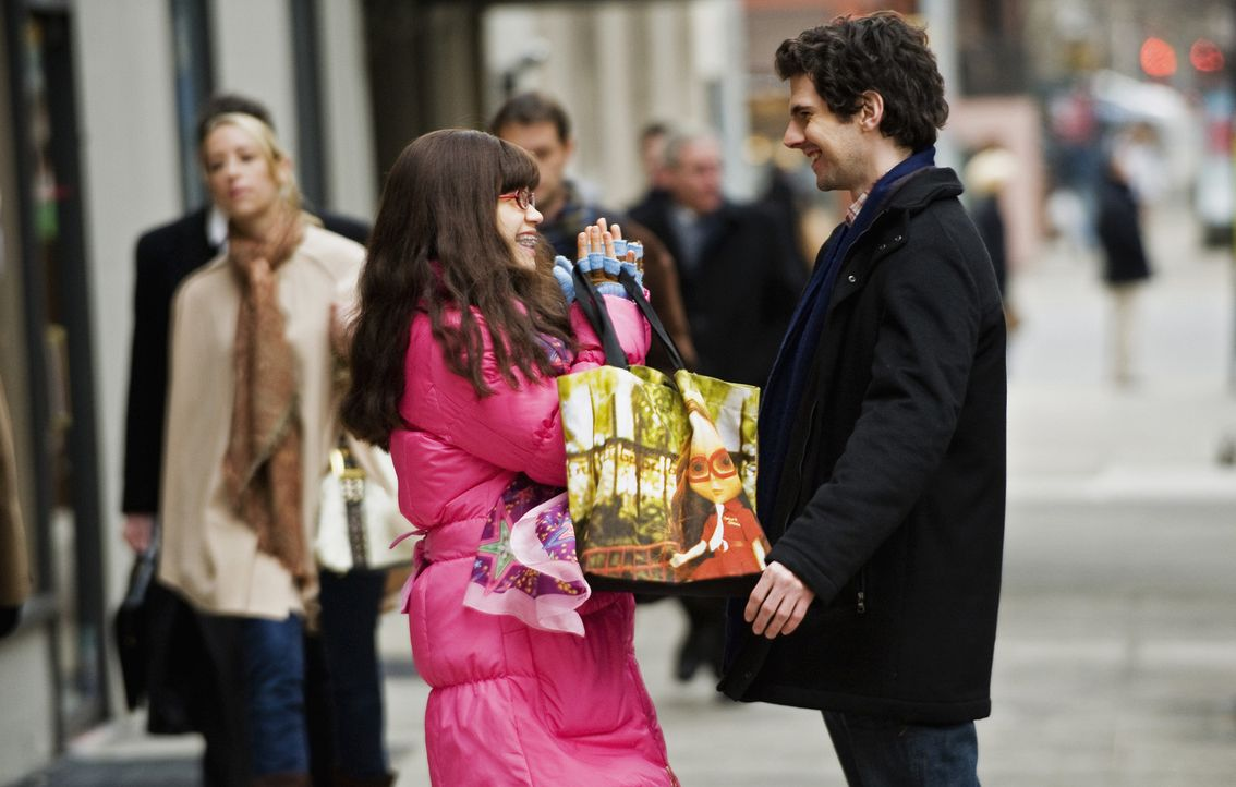 Verstehen sich immer besser: Matt (Daniel Eric Gold, r.) und Betty (America Ferrera, l.). Doch dann stellt Matt seine neue Freundin seiner Mutter vo... - Bildquelle: 2008   ABC Studios