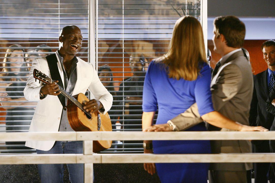Taylor (Natasha Henstridge, M.) möchte sich mit Seals (Seal, l.) Hilfe bei Matt (Sam Jaeger, r.) für ihr Verhalten entschuldigen ... - Bildquelle: Disney - ABC International Television