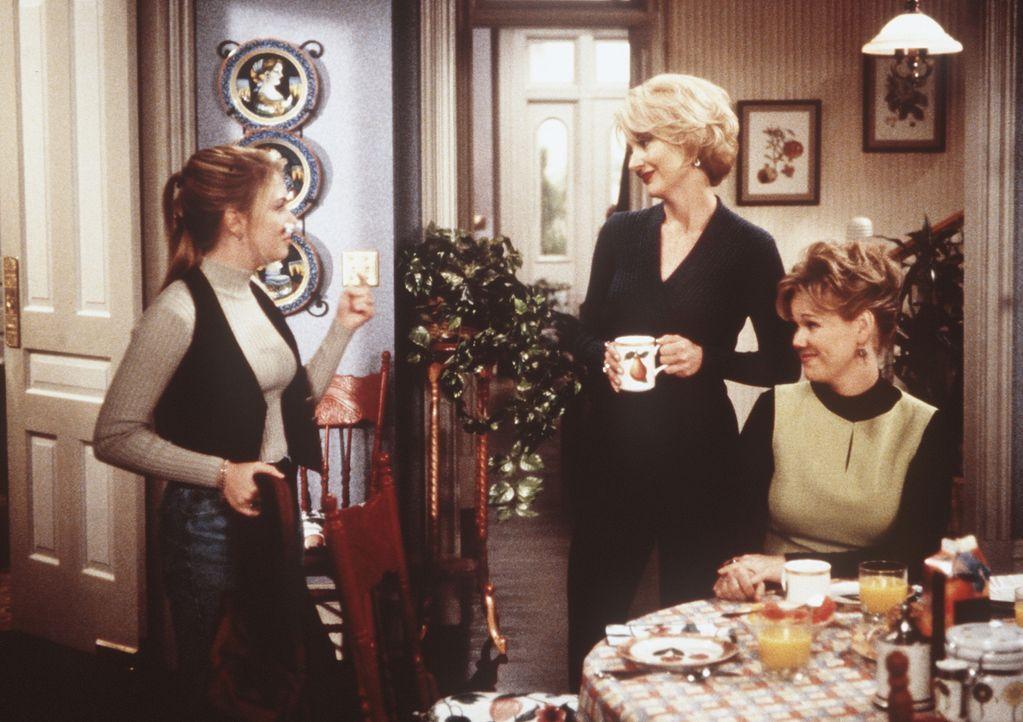 (v.l.n.r.) Nach einiger Zeit kehrt Sabrina (Melissa Joan Hart) aus dem Reich der Sinne zu ihren Tanten Zelda (Beth Broderick) und Hilda (Caroline Rh... - Bildquelle: Paramount