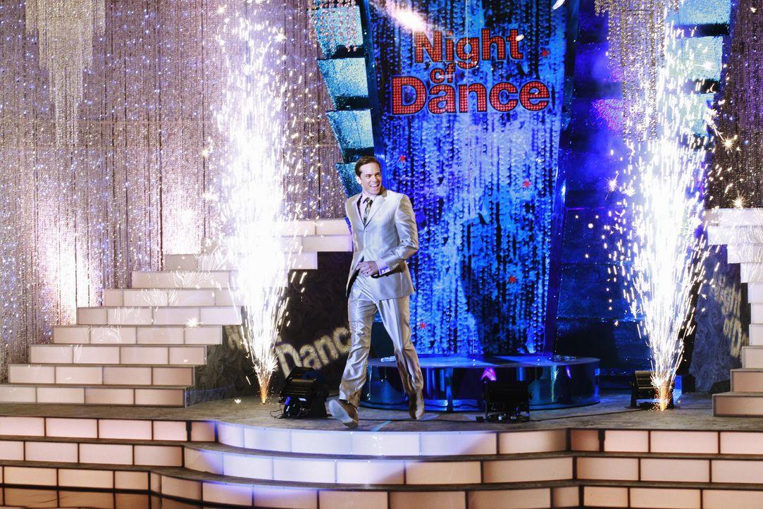 """Brad Melville (Adam Harrington), der Moderator der beliebten Tanzshow """"A Night of Dance"""", ahnt nicht, dass sich hinter den Kulissen ein tragisches U... - Bildquelle: ABC Studios"""