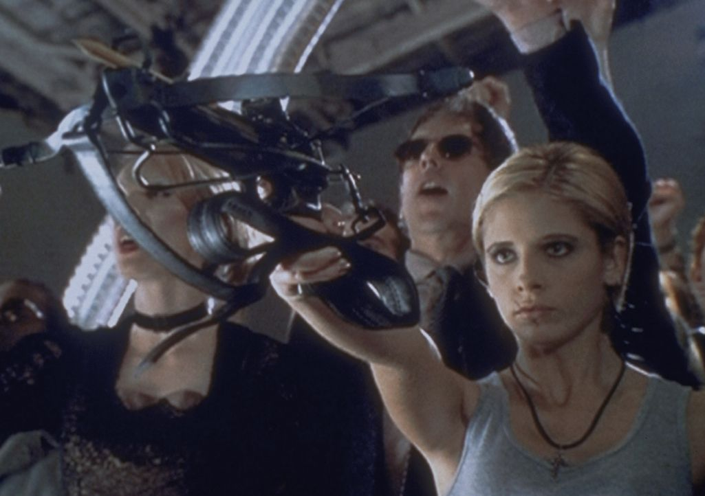 Da die Welt unter der Herrschaft der Vampire im Chaos zu versinken droht, versucht Buffy (Sarah Michelle Gellar, r.) mit allen Mitteln, den Spuk zu... - Bildquelle: TM +   2000 Twentieth Century Fox Film Corporation. All Rights Reserved.