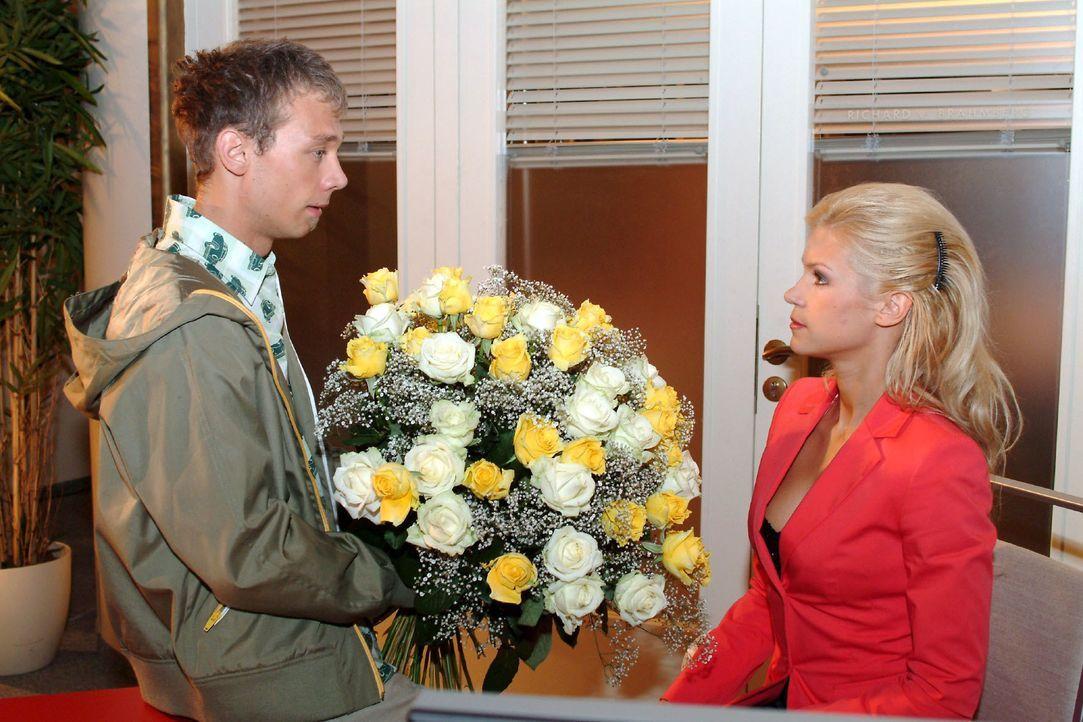 Jürgen (Oliver Bokern, l.) bietet Sabrina (Nina-Friederike Gnädig, r.) an, alles für sie zu tun. - Bildquelle: Monika Schürle SAT.1 / Monika Schürle