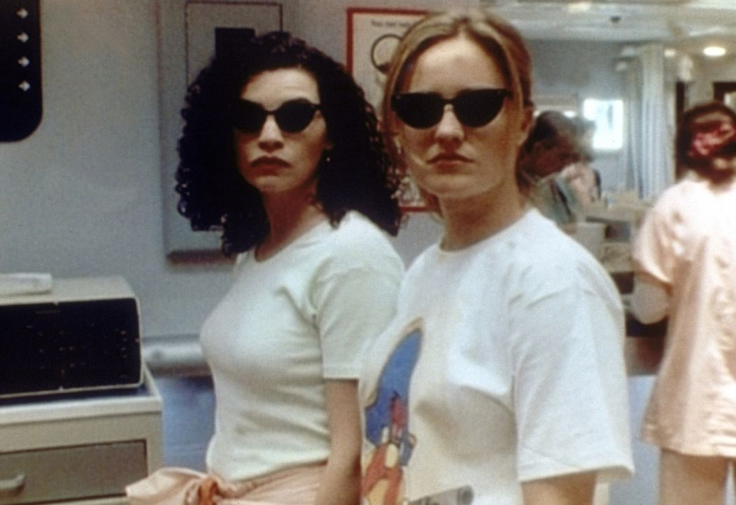 Dr. Lewis (Sherry Stringfield, r.) und Dr. Hathaway (Julianna Margulies, l.) müssen ihr Sonnenbad auf dem Dach beenden. - Bildquelle: TM+  WARNER BROS.