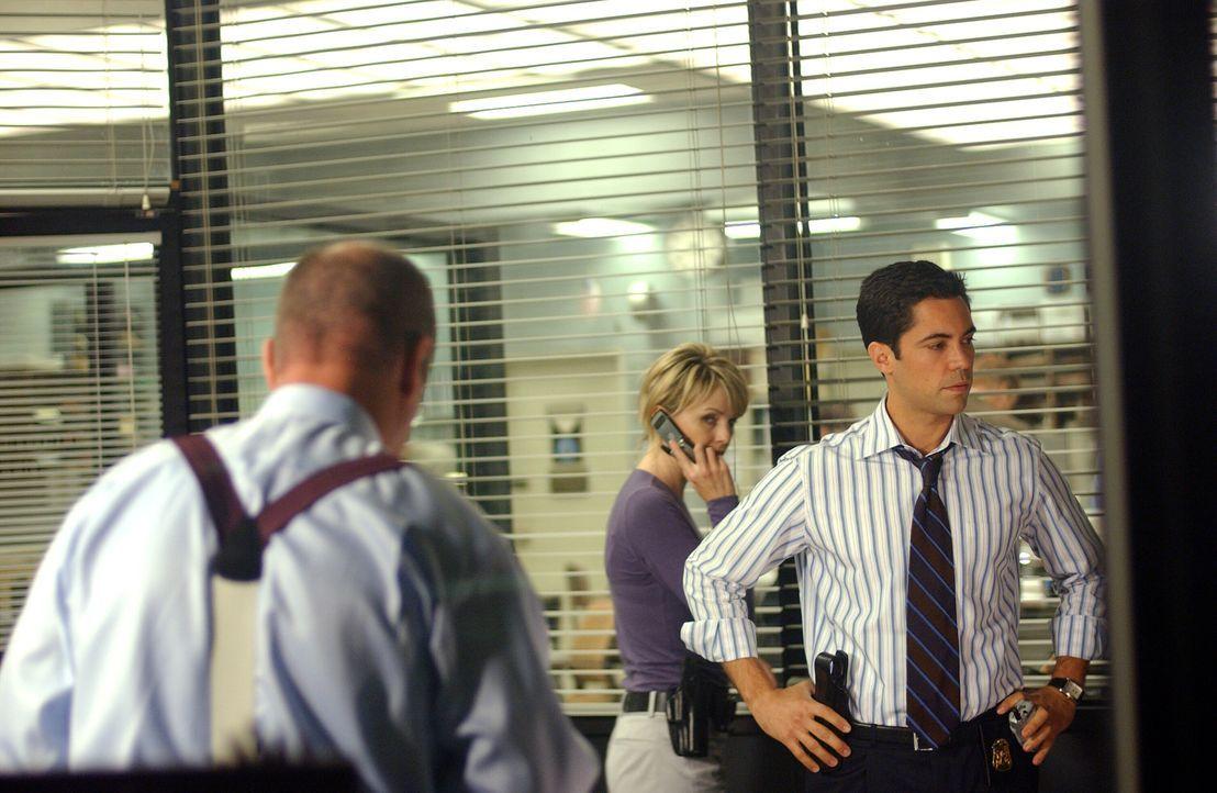 Während der Suche nach Daniela stoßen John Stillman (John Finn, l.) und Scott Valens (Danny Pino, r.) auf das sorgfältig gehütete Geheimnis ihrer Ex... - Bildquelle: Warner Bros. Television